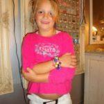 ~008 'Kiki showt haar armband'